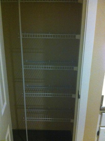 Homewood Suites by Hilton San Jose Airport-Silicon Valley: kitchen pantry closet