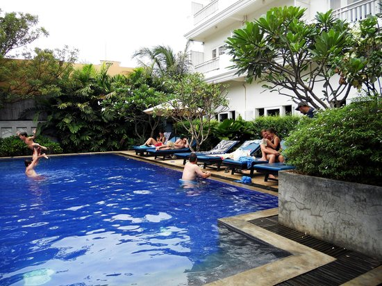 Frangipani Villa Hotel II : Pool deck next to the hotel restaurant