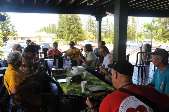 Coffees of Hawaii Plantation Store: Well yes, musicians show up and jam here on the porch.