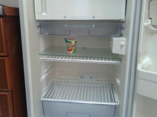 Genting View Resort: Leaking fridge with leftover food