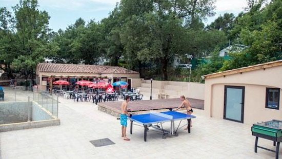 Lou Cantaire : Espace restaurant et ping pong