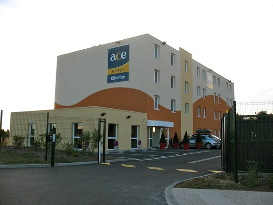 Ace Hotel Chateuaroux : entrée du parking