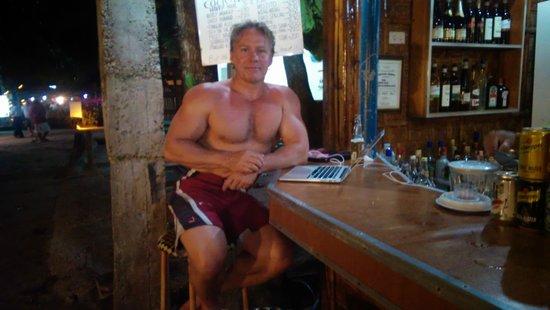 Trudi's Place: Sidder i baren og arbejder