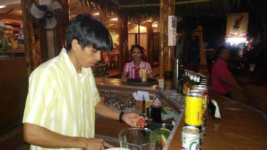 Trudi's Place: Bartender der laver drinks til mig