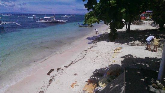 Trudi's Place: Stranden ude foran hotellet