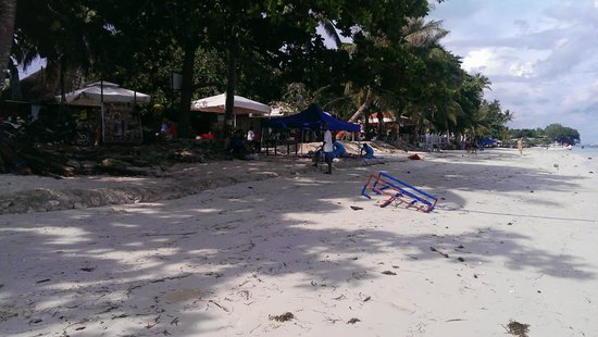 Trudi's Place: Stranden foran hotellet