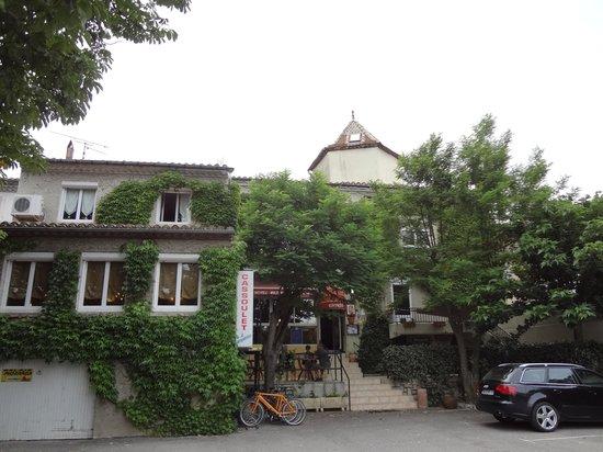 Les Deux Acacias : The street frontage