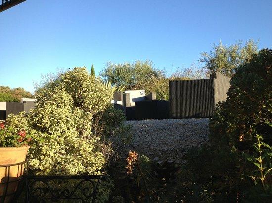 Hotel Le Gardon : Blick von der Terasse Richtung Pool