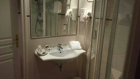 Hotel Henry II Beaune Centre: well organized bathroom with corner shower and separate toilet room