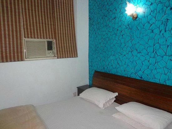 Hotel R S International: Guest Room