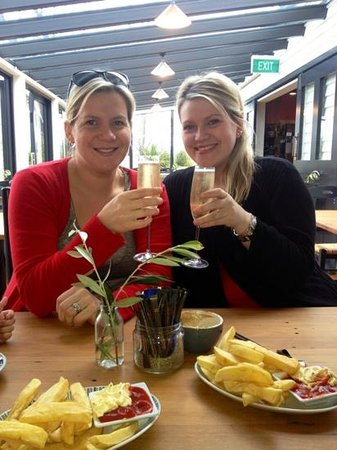 Boat shed cafe: My sisters birthday enjoying a glass of bubbles at the Boatshed