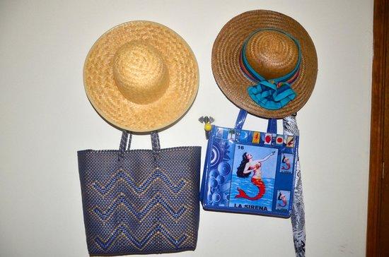 El Diablo y la Sandia Libres: chapeaux, sacs et parapluies à votre disposition dans la chambre en cas de besoin