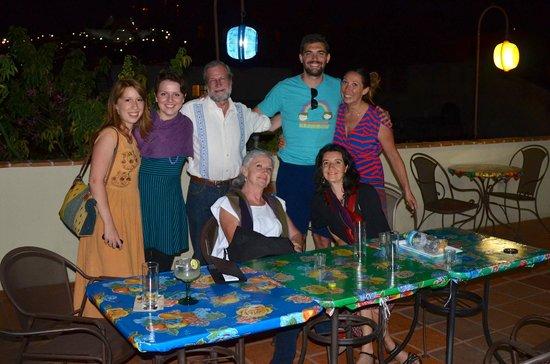 El Diablo y La Sandia Libres: Avec Maria (en bas à droite) et ses parents sur la terrasse d'un restaurant voisin