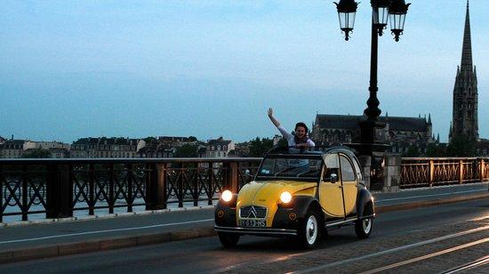 Bordeaux 2cv Tours : Le Pont de pierre //  The Old Bridge Eglise St Michel à l'arrière plan