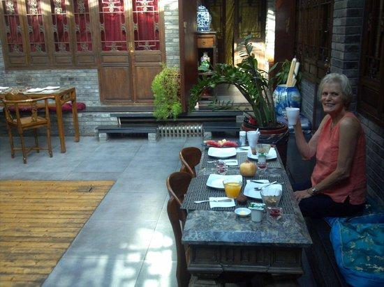 Kellys Courtyard: Mom enjoying breakfast