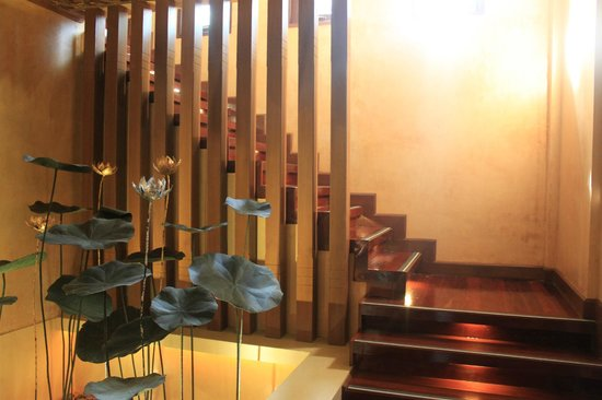The Baray Villa : entrance and stairs to bedroom