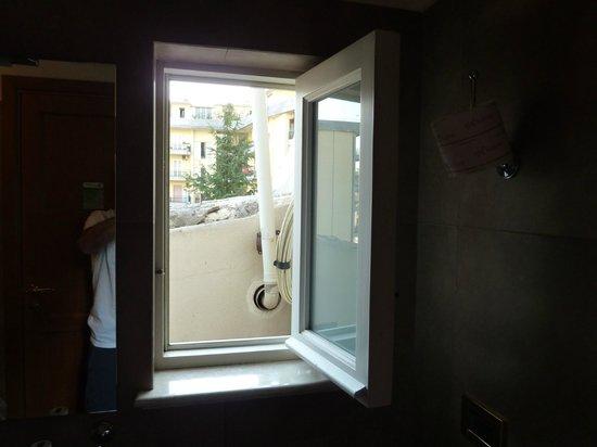 Hotel Palazzo Failla: finestra bagno con vista esterna
