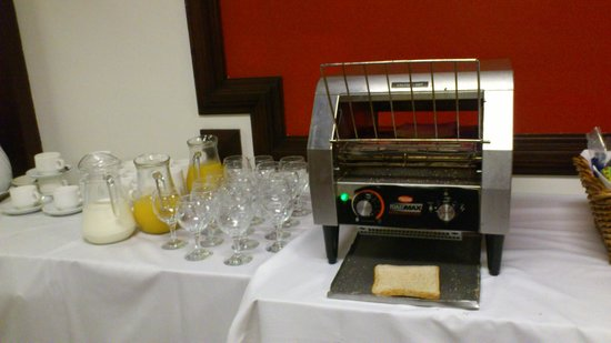 Allesley Hotel : toast maker either burns it or leaves it as bread!