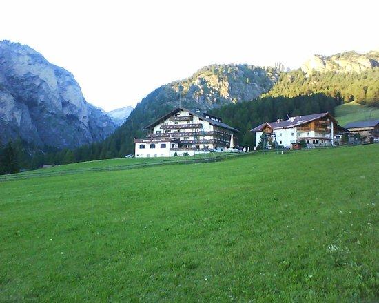 L'Hotel Alaska , posizione invidiabile in cima al campo scuola sci