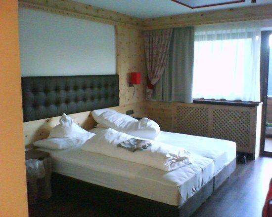 Hotel Alaska: Camera doppia , nuovissima , finiture eccellenti in legno di cirmolo