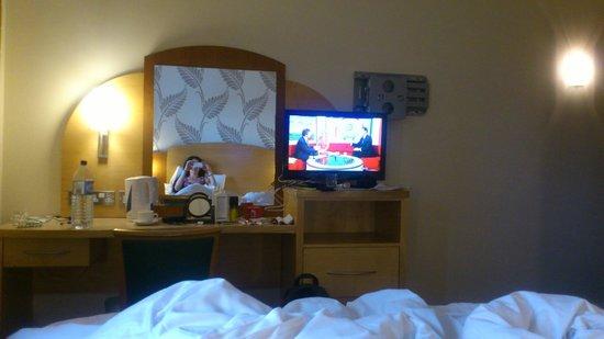 Allesley Hotel: TV and desk