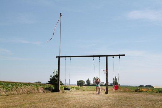 Bakkelund Bed & Breakfast: Playing on a swing