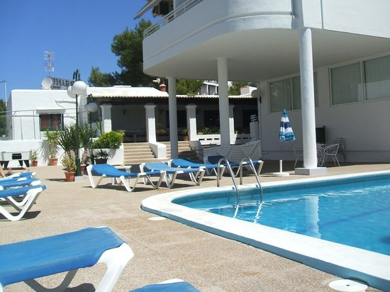 El Coto Apartments: Vue Piscine et restaurant
