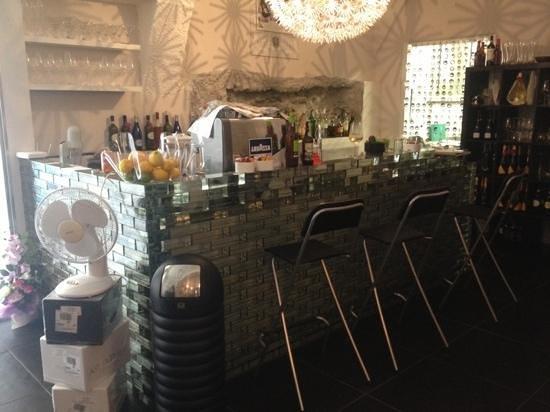 Wine Bar Enoteca 8284 : banco bar tutto di vetro!!!