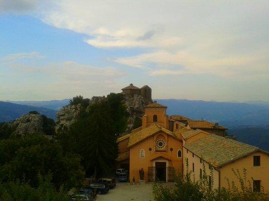 Santuario della Mentorella: il Santurio visto dalla collina dell'altare