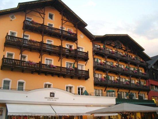 Krumers Post Hotel & Spa: L'ingresso principale direttamente in centro a Seefeld.