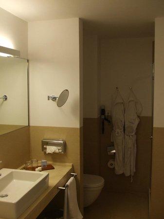Aimia Hotel: Spacious bathroom