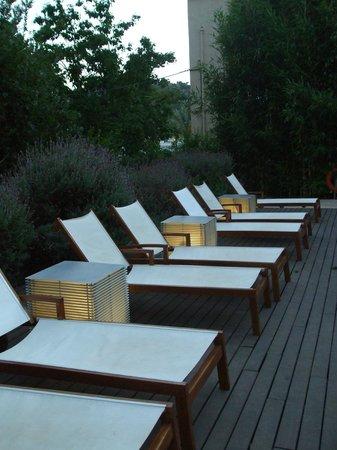 Aimia Hotel: Longseats around the swimmingpool at the evening