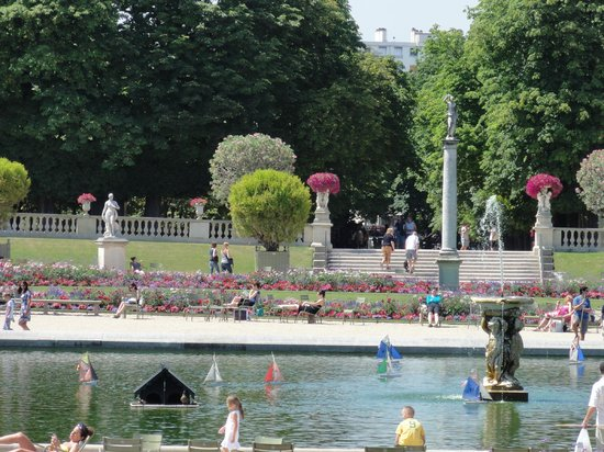 Luxembourg Gardens: Miniature sail boats in the pond at Jardin du Luxembourg