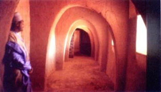 Zinder, Niger: Una galleria con archi parabolici, in un'ala antica del Palazzo.