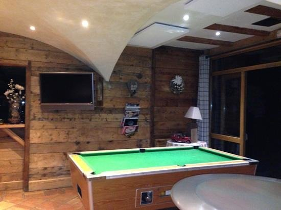 Hotel Les Grands Montets: pool table