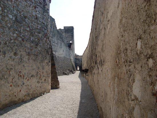 Castel Beseno: mura