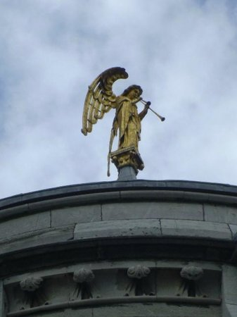 St Fin Barre's Cathedral: Golden statue