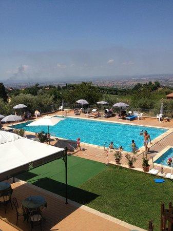 La splendida piscina vista sui castelli foto di la - Piscina castelli romani ...