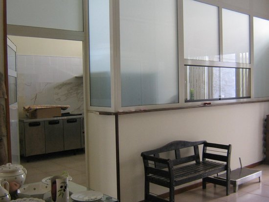 Parete con vetrata a vista su cucina. Trattoria \