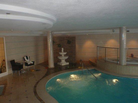 Palace Ravelli: Zona piscina-idromassaggio .......