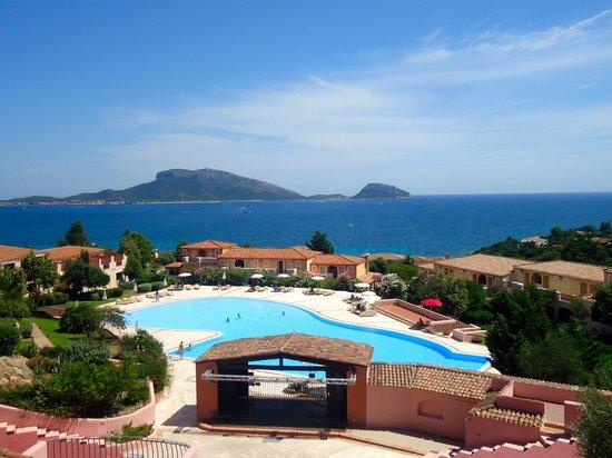 Colonna Village : piscina e altre camere fotografata dal ristorante in cima