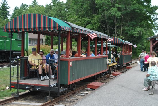 Silver Lake, Nueva Hampshire: Engine hooked to two passenger cars