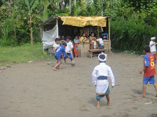 Bali 2000 Cycling - Day Tours: Watching the kids during their break