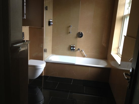 Radisson Blu Edwardian Bloomsbury Street: Spacious bathroom