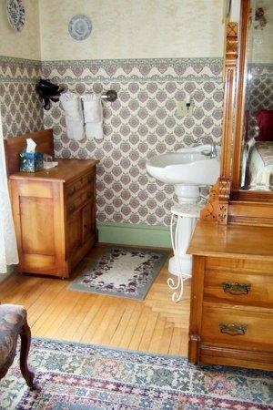 Parish House Inn: The wash basin in an an alcove outside the bathroom