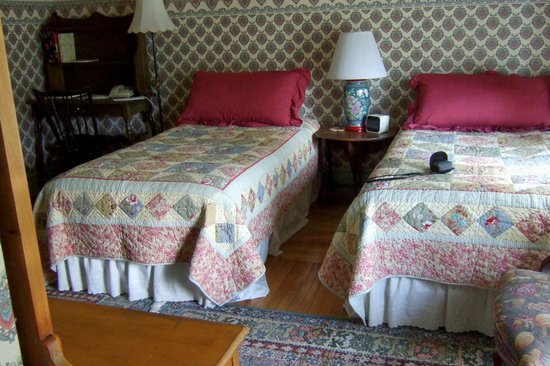 Parish House Inn : Twin beds with table lamps on the desk and night stand