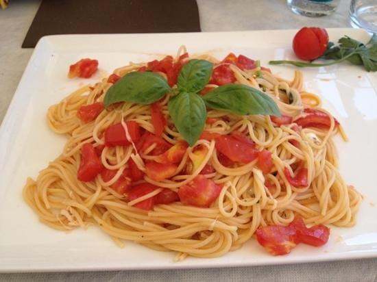 Santo Stefano al Mare, อิตาลี: spaghetti tomates fraîches mozzarella basilic et huile d'olive
