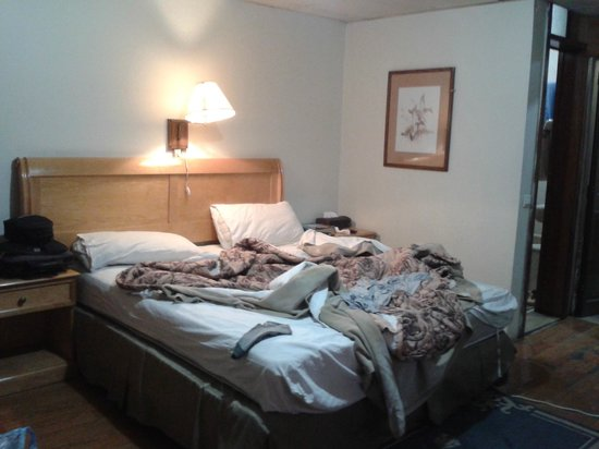 Emmad Furnished Hotel: Space ok but lighting and tidiness...., house keeping lacks.