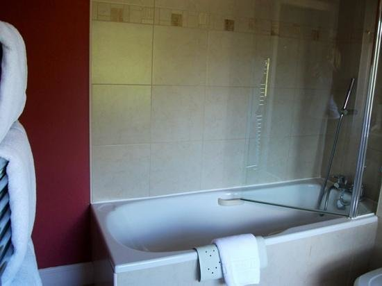 Parklands: large bathroom