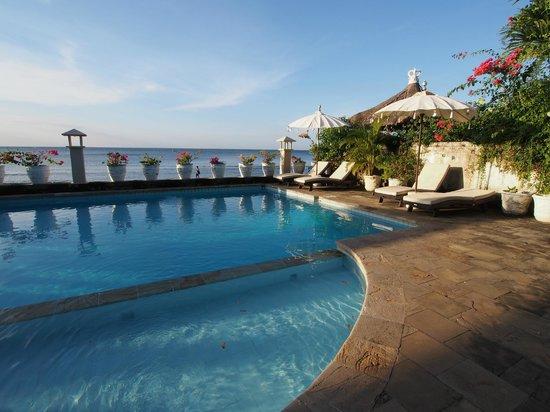 Kembali Beach Bungalows: Vue de la piscine